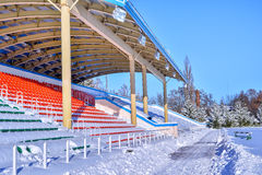 Estádio dos esportes exteriores na neve um o dia de inverno claro sem povos Fotografia de Stock Royalty Free