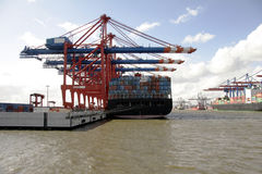Estágio de aterragem no porto de Hamburgo, Alemanha Fotos de Stock Royalty Free