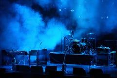 Estágio do desempenho que espera para o grupo de rock