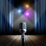 Estágio e microfone retro Fotos de Stock Royalty Free