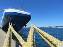 Est?n amarrando el puerto donde el barco parqueado reaprovisionar de combustible y reparar imagen de archivo
