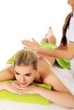 Están dando masajes a la mujer joven fotos de archivo