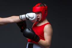 Están perforando al boxeador joven Fotografía de archivo