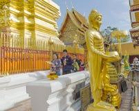 Están rogando para una ceremonia religiosa en templo tailandés durante touri imagen de archivo libre de regalías