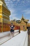 Están rogando para una ceremonia religiosa en templo tailandés durante touri foto de archivo