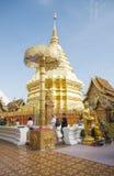 Están rogando para una ceremonia religiosa en templo tailandés durante touri foto de archivo libre de regalías