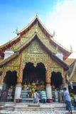 Están rogando para una ceremonia religiosa en templo tailandés durante touri fotografía de archivo libre de regalías