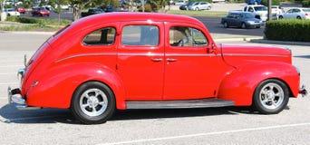 estándar de lujo rojo antiguo modelo de Ford de los años 40 Foto de archivo libre de regalías