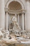 Estátua acima de uma fonte Imagem de Stock Royalty Free