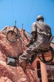 Estátua alta de bronze do Scaler Imagens de Stock Royalty Free
