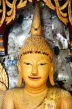 Estátua amarela da Buda no retrato foto de stock royalty free