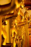 Estátua amarela dourada da Buda que está que medita e que reza imagens de stock