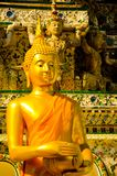 Estátua amarela dourada da Buda que senta-se que medita e que reza fotografia de stock