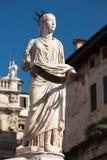 Estátua antiga da fonte Madonna Verona no delle Erbe da praça, Itália Fotos de Stock Royalty Free