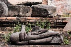 A estátua antiga de buddha foi destruída durante a guerra, nenhuma cabeça na província de Ayutthaya, Tailândia Fotografia de Stock