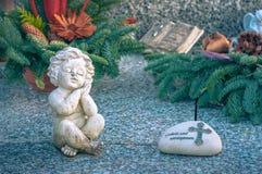 Estátua antiga do anjo no cemitério fotos de stock