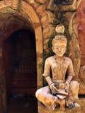 A estátua antiga e a Buda fotografia de stock