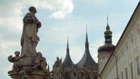Estátua antiga na cidade boêmia no dia de verão, St Barbara Church de Kutna Hora filme