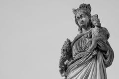 Estátua antiga quebrada da Virgem Maria e do bebê Jesus Christ Rel foto de stock royalty free