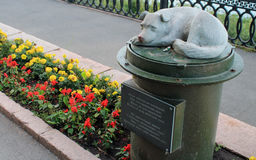Estátua ao cão desabrigado na cidade de Kemerovo Imagens de Stock