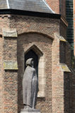 Estátua ao lado da louça de Delft de Oude Kerk Fotos de Stock Royalty Free