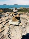 Estátua artística da rocha na margem Foto de Stock Royalty Free
