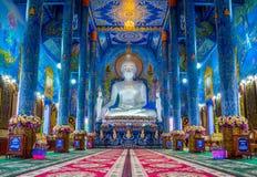 Estátua azul do templo budista e do buddha do branco fotos de stock