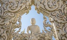 Estátua bonita branca de buddha fotografia de stock royalty free