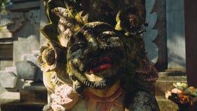 Estátua bonita do homem de Bali, círculos da câmera vídeos de arquivo