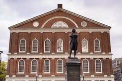 Est?tua Boston Massachusetts de Faneuil Sal?o e de Samuel Adams foto de stock