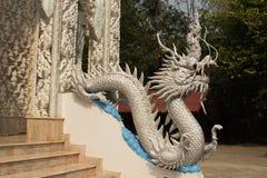 Estátua branca bonita do dragão no templo de Wat Mai Kham Wan, Phichi Imagens de Stock Royalty Free