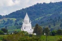 Estátua branca de buddha na montanha Foto de Stock Royalty Free