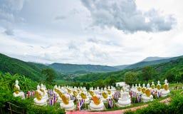 Estátua branca de buddha no vale, Foto de Stock