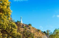 Estátua branca de Jesus Christ no monte de San Cristobal, Santiago, o Chile Copie o espaço para o texto imagem de stock