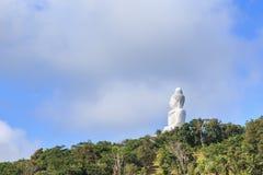 Estátua branca grande de buddha na montanha em Phuket, Foto de Stock Royalty Free