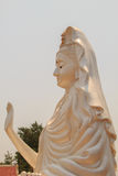 Estátua branca grande de Guanyin em Wat Kok Mai Daeng, Phitsanulok Provi Fotografia de Stock Royalty Free