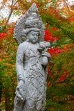 Estátua chinesa de pedra Quanyim da deusa no templo de Eikando Zenrinji em Kyoto, Japão Imagens de Stock Royalty Free