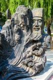 Estátua chinesa do ancião cinzelada na rocha Imagem de Stock
