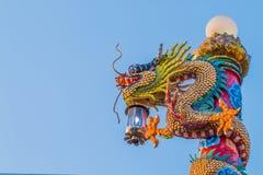 Estátua chinesa do dragão com o cordeiro no polo Fotografia de Stock
