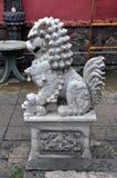 Estátua chinesa do leão-cão do grande komainu de mármore cinzento imagens de stock