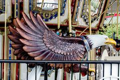 Estátua cinzelada da águia em um carousal elaborado do ` s das crianças fotografia de stock