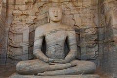 Estátua cinzelada do granito da Buda assentada em Polonnaruwa Foto de Stock