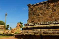 Estátua com a parede decorativa do templo antigo de Brihadisvara no cholapuram do gangaikonda, india de Bull [nandhi] fotografia de stock