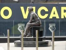 Estátua comemorativa de Graham Taylor OBE, gerente anterior do clube do futebol de Watford, estádio da estrada do vicariato, Wa imagens de stock royalty free