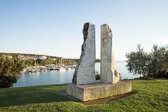 Estátua da arte moderna na costa da baía do mar perto dos Pula, Croácia Foto de Stock Royalty Free