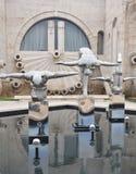 Estátua da arte moderna perto da cascata Imagens de Stock