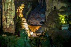 Estátua da Buda com a estátua grande da serpente na caverna Imagens de Stock Royalty Free