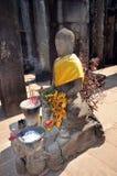 Estátua da Buda com ofertas Foto de Stock
