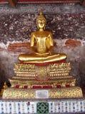 Estátua da Buda da cor do ouro no templo budista Foto de Stock Royalty Free
