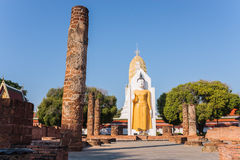 Estátua da Buda dentro de Wat Phrasimahathat foto de stock
